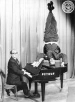Akrobatické výkony Oldřicha Dědka zdoby jeho působení vbrněnském varieté Rozmarýn. (U klavíru jeho partner Jiří Procházka.)