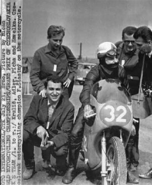Petr Adler (sedí nabobku) nareporáži zmotocyklového závodu vBrně. Namotorce legendární Franta Štastný. (Fotografoval Jovan Dezort)