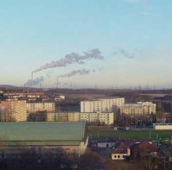 Městečko Klášterec nadOhří sprunéřovskou elektrárnou vpozadí (pohled směrem kChomutovu) vroce 2005
