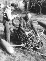 Štěpán Polák se svou ponorkou nazahradě