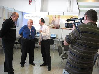 Zleva: Pavel Loužecký, Pavel Ján Buvala amajitel firmy PROPRIO Filip Čálek přinatáčení rozhovoru Karlem Havelkou
