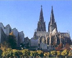 Die Kathedrale von Köln, versunken in Neubauten