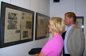 Makarna Olga och Jan Vaculik tittar på gamla tidningar från 1968.